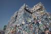 PET-Ballen: Vor dem Recycling werden bunte von durchsichtigen PET-Flaschen getrennt.